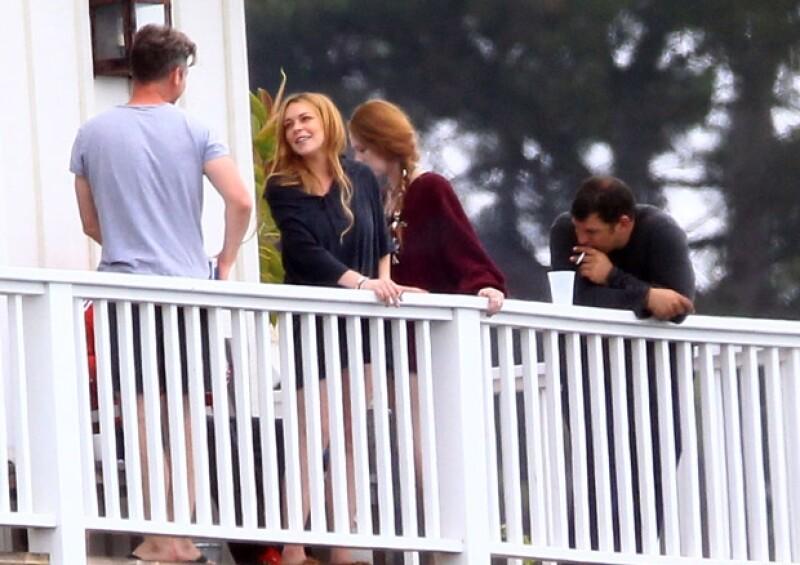 La actriz se encuentra en Cliffside en Malibú y al parecer tiene buena relación con sus compañeros pues fue captada fumando en compañía de ellos en un balcón de la clínica.