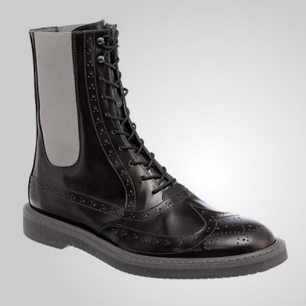 Una bota estilo inglés de los años sesenta, fabricada en piel y con detalles de gamuza a los lados.