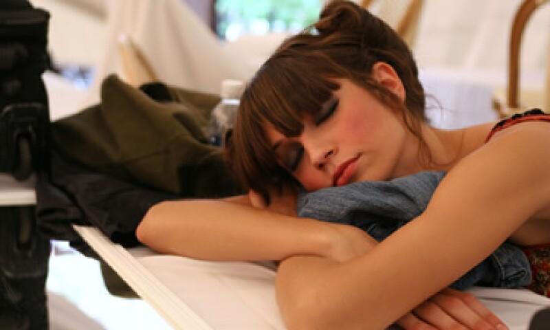 Dormir es importante para prevenir resfriados y otros padecimientos como la diabetes y obesidad. (Foto: Getty Images )