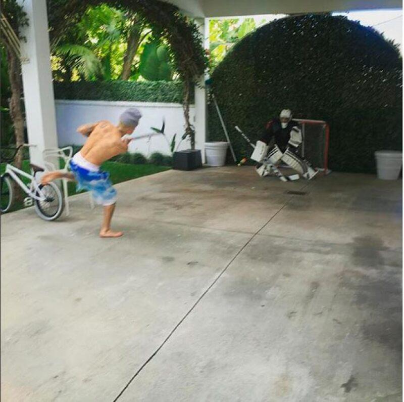 Justin pasó la tarde jugando hockey.