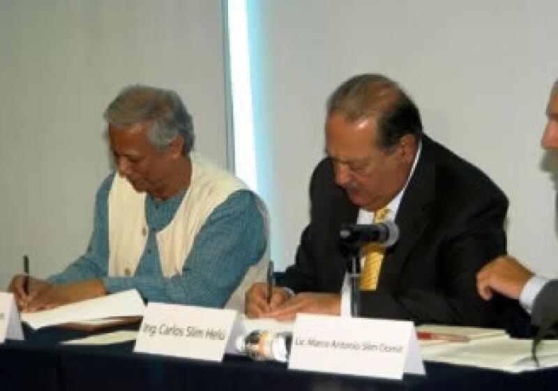 Mohammad Yunus y Carlos Slim firmaron el año pasado la alianza entre el Grameen Bank y Fundación Carlos Slim. (Foto: Cortesía)