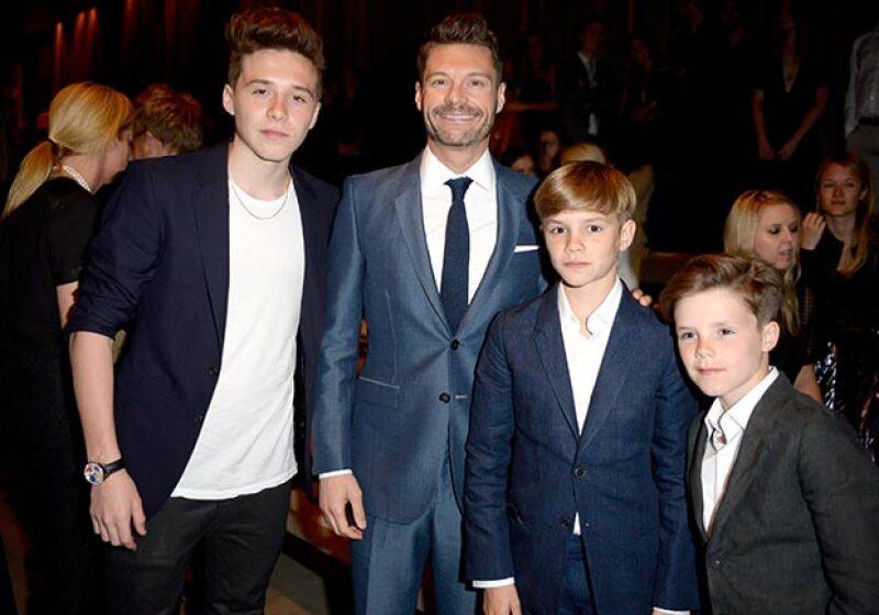 Los hijos de los Beckham fueron los más solicitados de la noche, aquí los vemos con el presentador Ryan Seacrest.