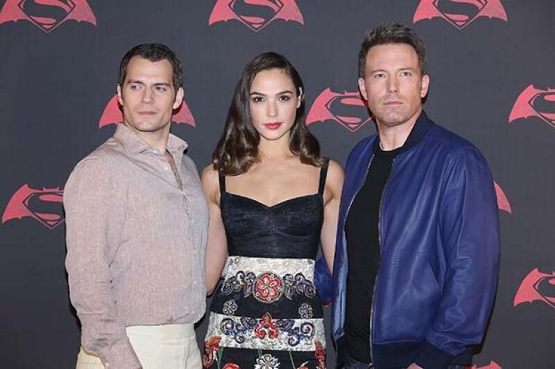 Los protagonistas de la cinta Batman vs. Superman: Gal Gadot, Henry Cavil y Ben Affleck en el photocall en México.