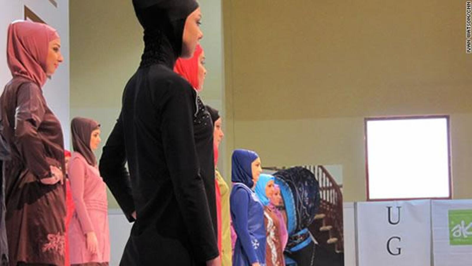 Los colores brillantes están muy lejos de las túnicas oscuras y las famosas burkas