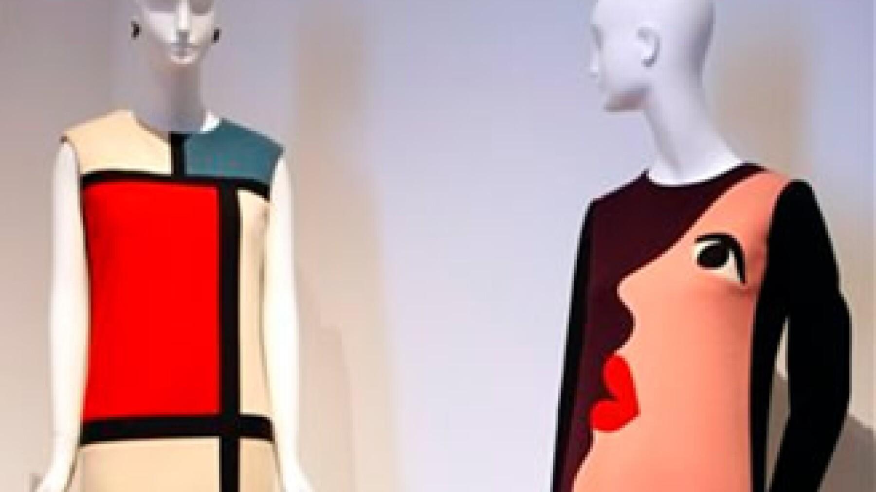 Los vestidos que lo convirtieron en un icono de la moda, forman parte de la gran muestra retrospectiva sobre el modisto Yves Saint Laurent en París. (Foto: AP)