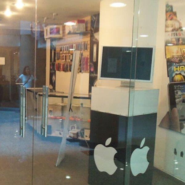 En su pared se puede apreciar publicidad oficial de la tecnológica, utilizada hace un par de años para el iPod Touch.