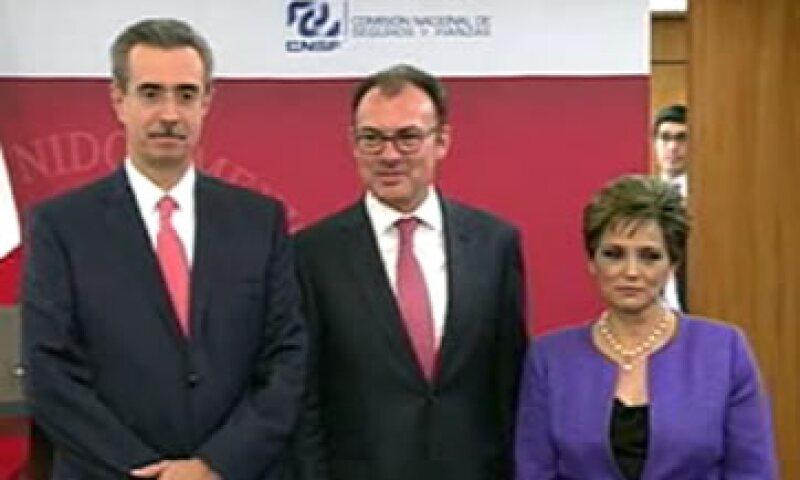 Norma Rosas, nueva titular de la CNSF, acompañada de Luis Videgaray y el presidente saliente, Manuel Aguilera -izq-. (Foto: Tomada de livestream.com/shcp_mx )