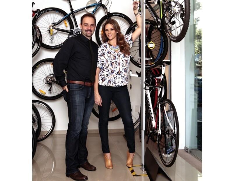 La pareja sale a pasear en bicicleta todos los fines de semana con su hija Dominique.