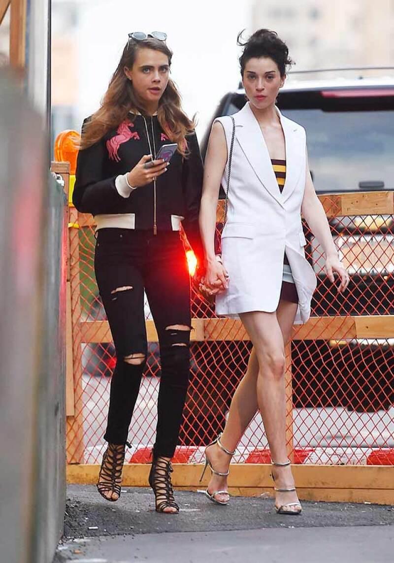 En entrevista para la edición estadounidense de la revista Vogue, la modelo finalmente confirmó su noviazgo con la cantante estadounidense Annie Clark, mejor conocida como St. Vincent.