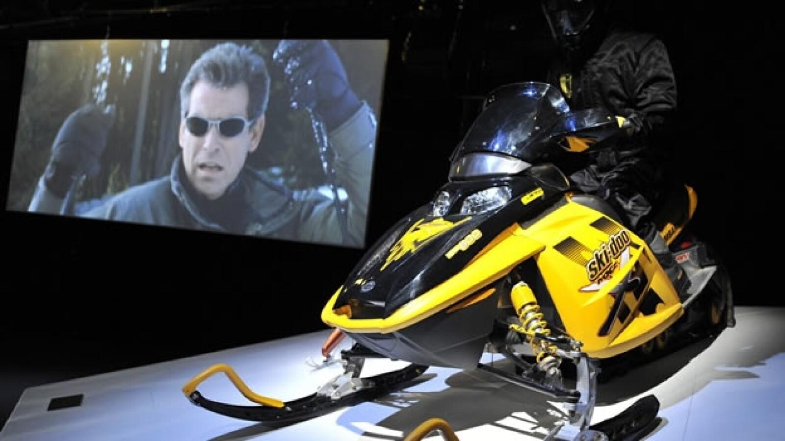 moto de nieve usada en la pelicula El mundo no es suficiente