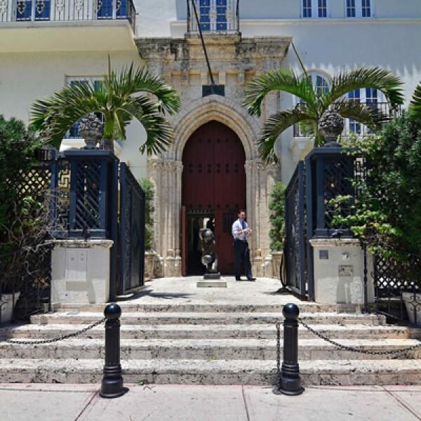 En la entrada de la mansión fue asesinado el diseñador italiano Gianni Versace, el 15 de julio de 1997.