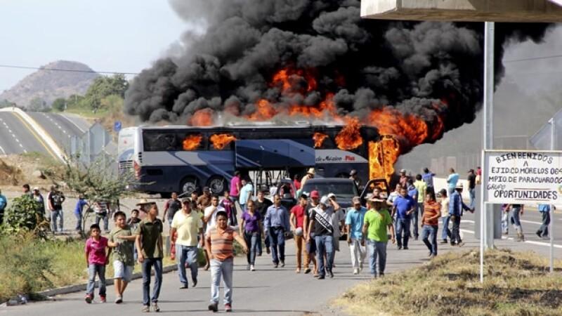 civiles queman autobús en Uspero, cerca d Paracuaro