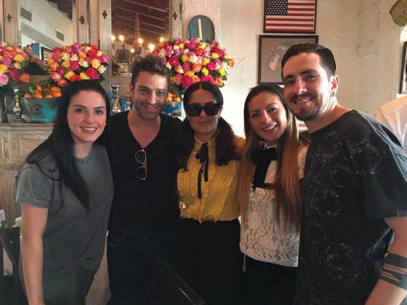 En el restaurante Ivy de Los Ángeles, también estuvieron los OV7, quienes también compartieron su foto con Salma.
