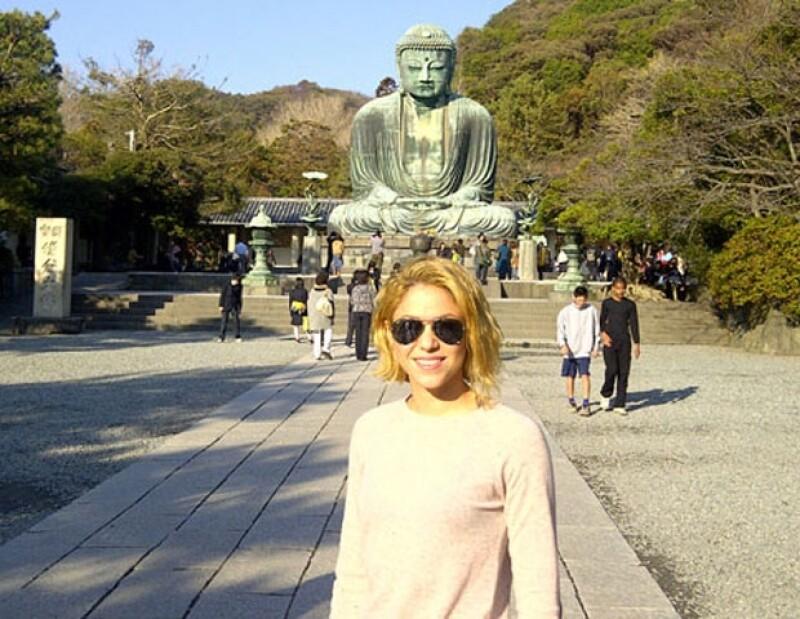 La intérprete de Loca, mostró su admiración al visitar el templo Tsurugaoka.