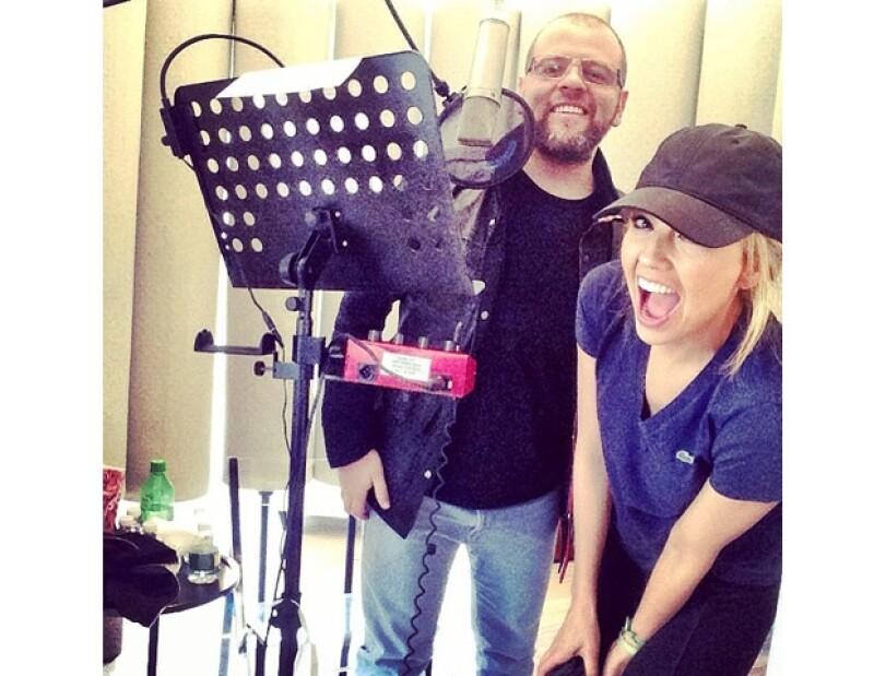 Thalía muestra su emoción junto al productor Armando Ávila.