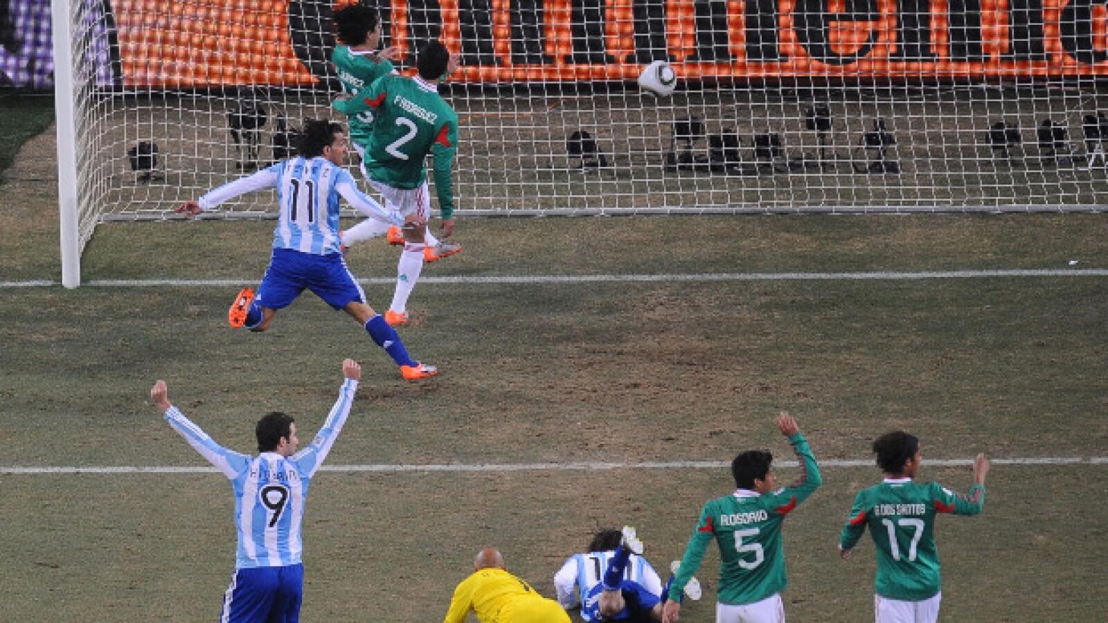 Tevez metió el primer gol de la eliminación de México en un evidente fuera de juego