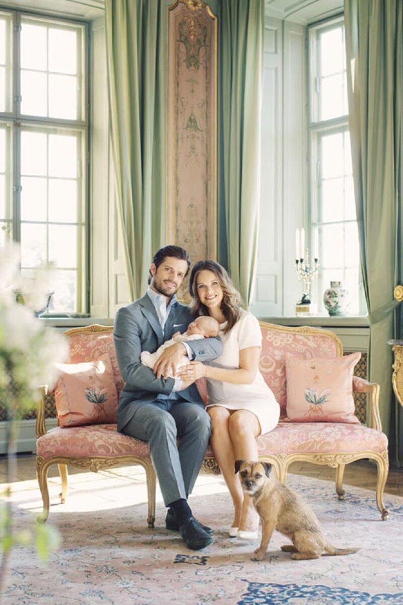 Con motivo del 37 aniversario del príncipe de Suecia, la casa real publicó los primeros retratos familiares en los que aparece Sofía Hellqvist y su bebé, el principito Alexander.