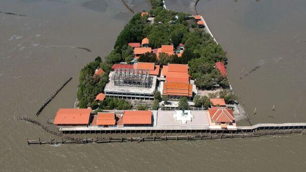La erosión costera dejó flotando a este templo budista en Tailandia