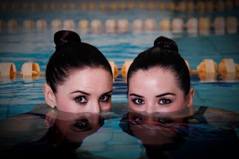 Las hermanas actrices se acoplan a la perfección y parecen una misma, una vez que se sumergen en la alberca para la sesión de fotos de nado sincronizado de Quién.com