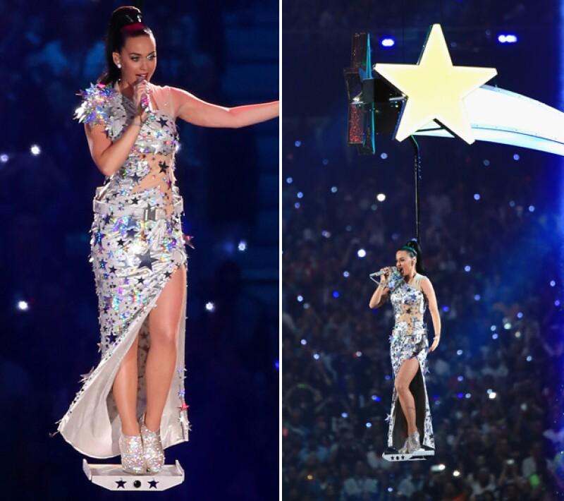 Katy cerró su presentación en este elegante y sensual vestido del mismo diseñador.