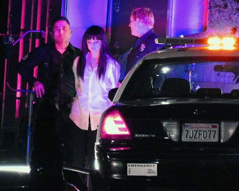 Los policias la arrestan en una escena del video.