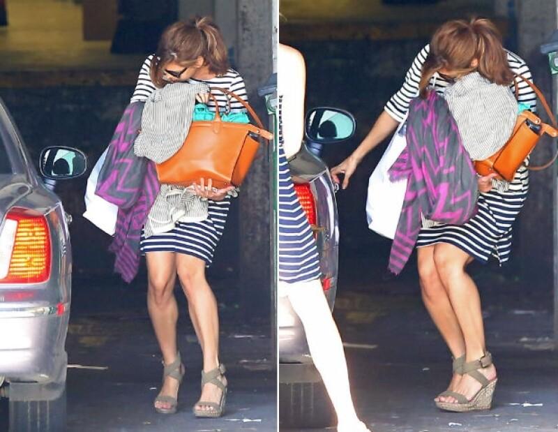 De esta forma se ocultó Eva Mendes ante el lente de los paparazzi.