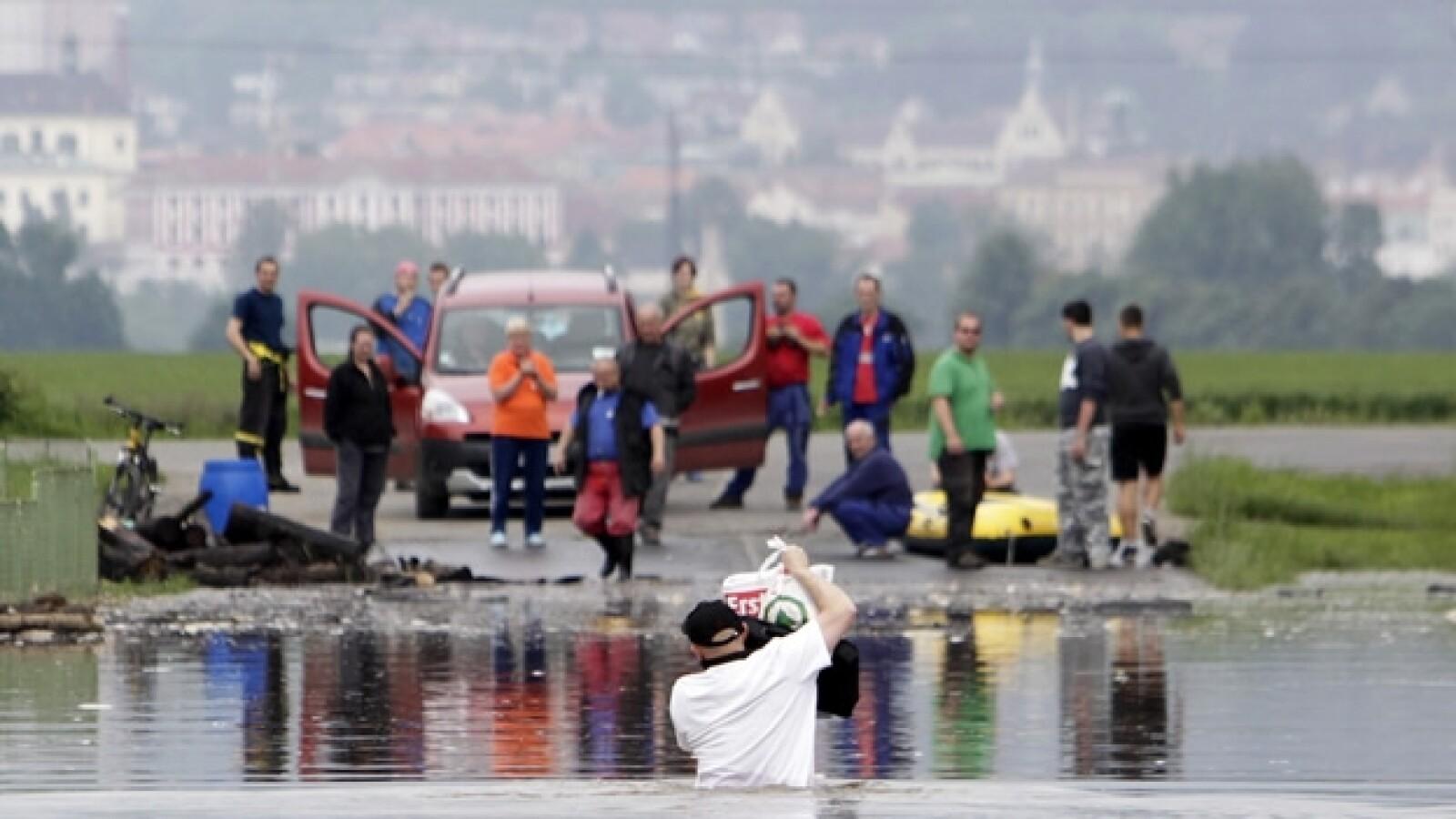 un hombre cruza por una zona inundada