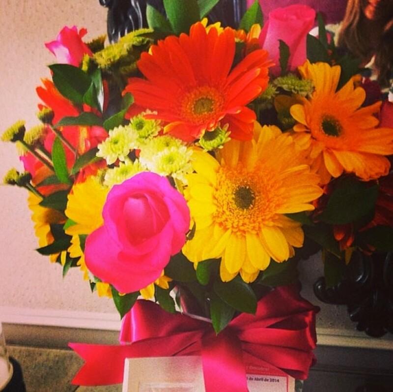 La modelo recibió flores por su cumpleaños.