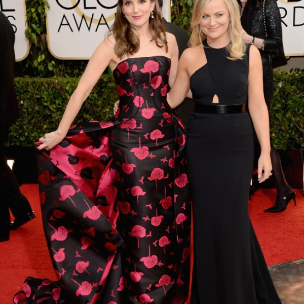 Las anfitrionas de la noche Tina Fey y Amy Poehler por supuesto que caminaron juntas la alfombra roja.