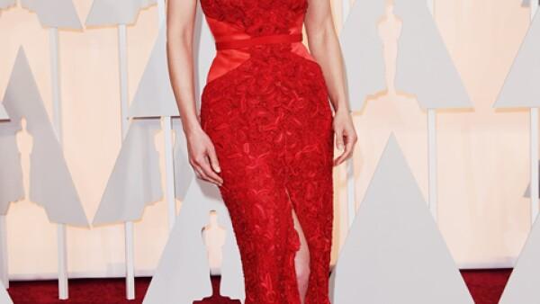 En los pasados Oscar en febrero, Rosamund Pike llevó un vestido de Givenchy Couture espectacular que combinó con joyas de Lorraine Schwartz.