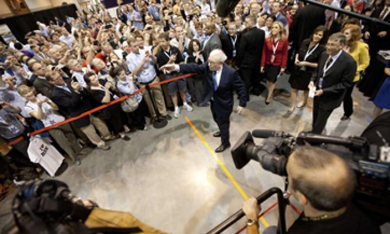 Warren Buffett participó en un concurso de reparto de periódicos como parte de la reunión anual de accionistas de Berkshire Hathaway. (Foto: Reuters)