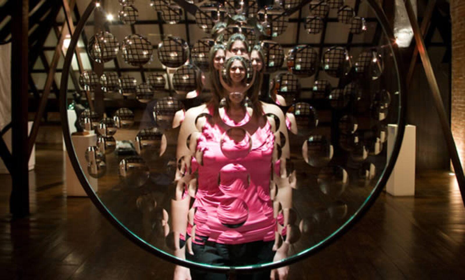 """El Museo del Vidrio (MUVi) abrió sus puertas en 1992 con el objetivo de rescatar, preservar y difundir la historia del vidrio en México y el mundo. Aquí vemos la pieza """"Magiscopio"""" de Feliciano Béjar. (Vidrio trabajado en frío y fierro. México 1991)."""