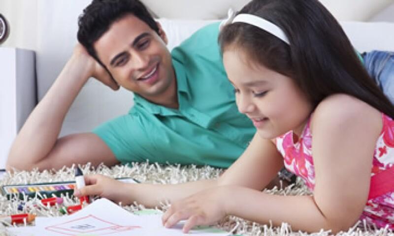 Si estás preocupado por la educación de tus hijos: ahorra con tiempo de anticipación, deposita el dinero en una cuenta bancaria o seguro y fija contribuciones. (Foto: Shutterstock )