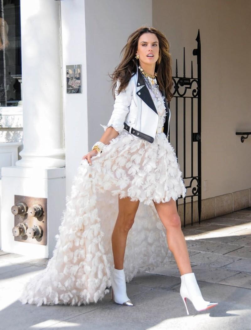 La top model brasileña fue elegida por la firma francesa como imagen de su nueva colección, en las tomas logradas la vemos elegantemente sexy.
