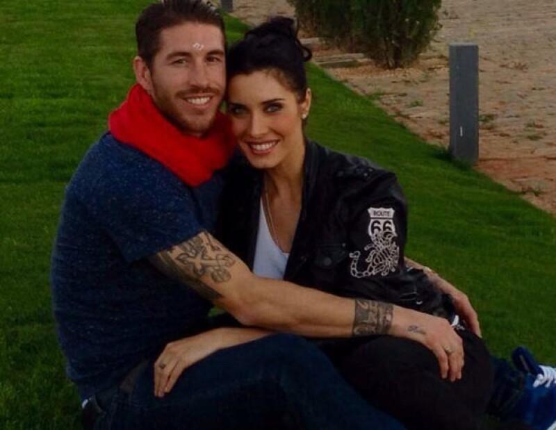 La presentadora y el futbolista hiceron este martes el feliz anuncio a través de sus cuentas de Twitter y compartieron una romántica fotografía.