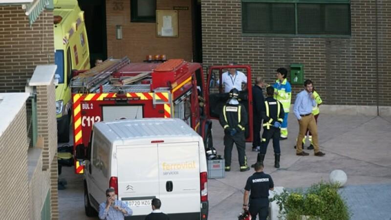 Elementos del Departamento de Bomberos de Madrid durante el traslado de tres personas al hospital Carlos III por posibles casos de ébola