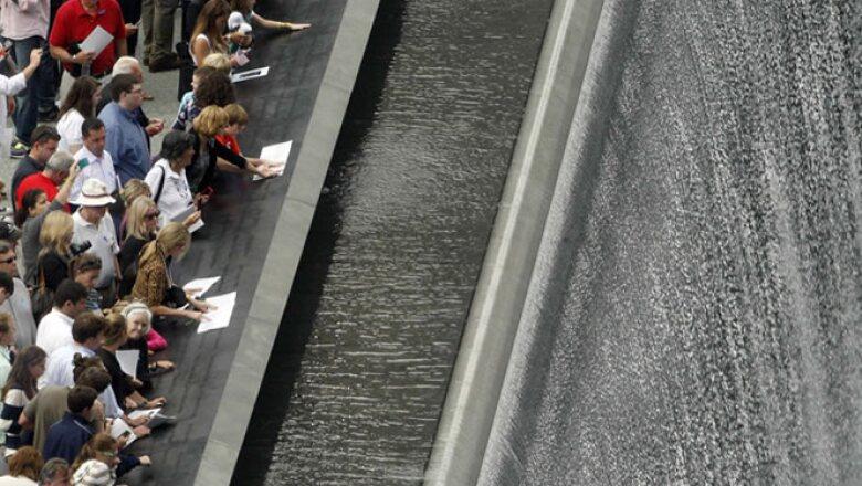 El memorial tiene dos plazas con forma de las huellas de las Torres Gemelas y caídas de agua de 9.1 metros. Incluye los nombres de las víctimas los ataques del 11 de septiembre y de un atentado previo de 1993 en el WTC.