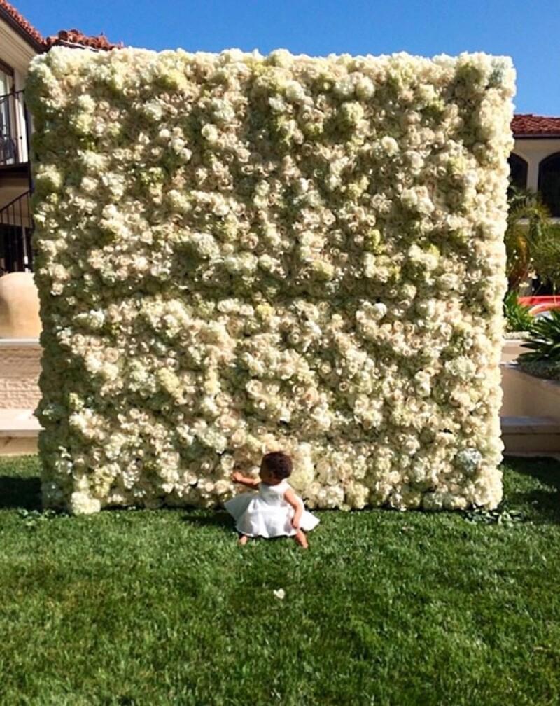 El rapero consintió a su futura esposa en su primera celebración como mamá con un muro de flores.