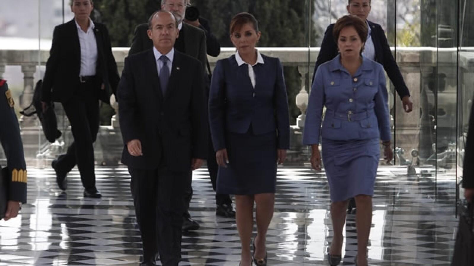 El presidente Felipe Calderón compañado por la canciller Patricia Espinosa (der) y la procuradora General de la República Marisela Morales (cen)
