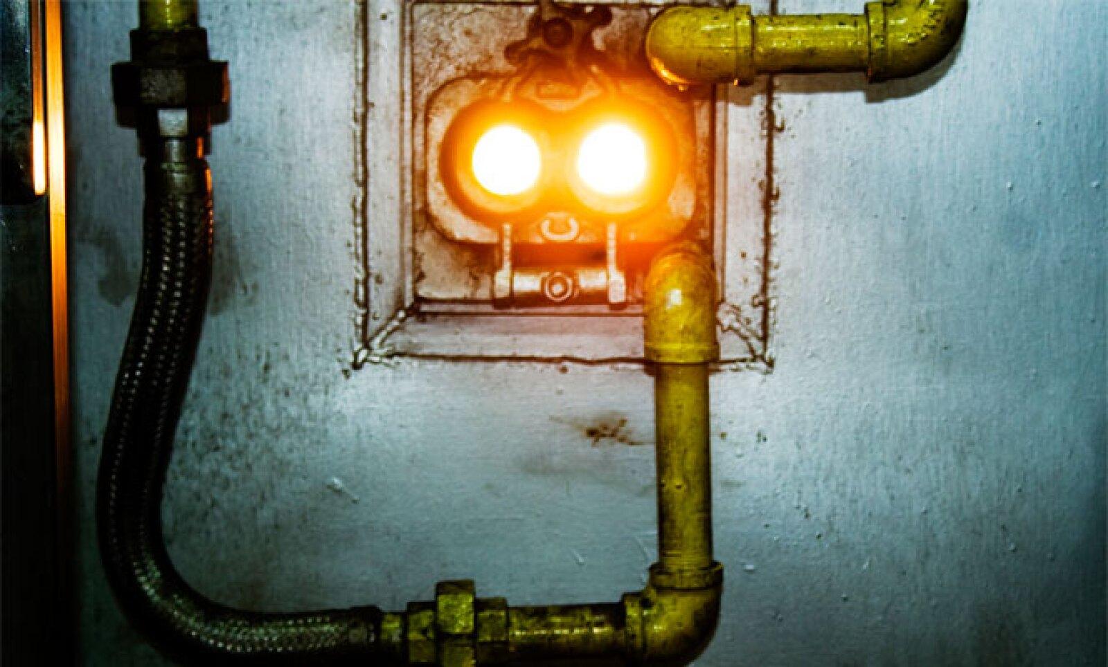 En calderas se quema el bagazo y el biogas generado para transfórmalo en energía eléctrica, calor y vapor. La ceniza que resulta de esta etapa se comercializa para la fabricación de fertilizante.