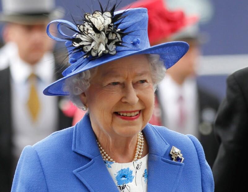 La reina Isabel II fue a las carreras de caballos el sábado en el arranque de una celebración de cuatro días por sus 60 años en el trono.