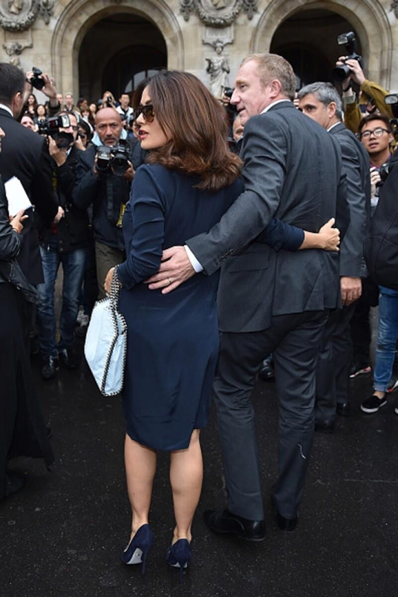 Françoise se asegura de que su esposa se encuentre protegida.