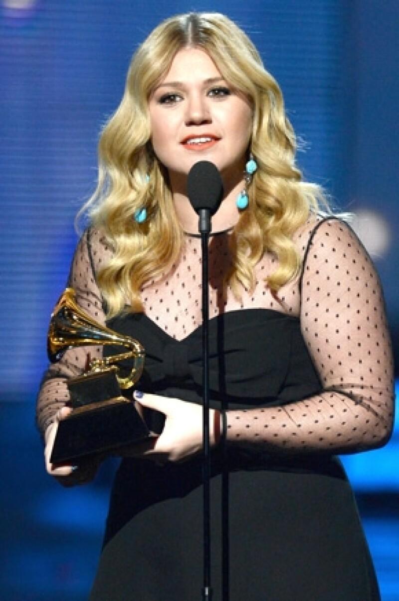 Kelly se emocionó tanto por ganar un premio que hastadijo que su prometido se veía muy `sexy´.