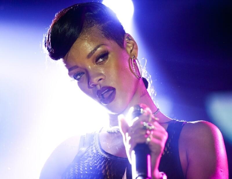 La gira `777´ le ha salido cara a la cantante, pues cada que el avión de la cantante despega con retraso del aeropuerto le van cobrando penalizaciones.