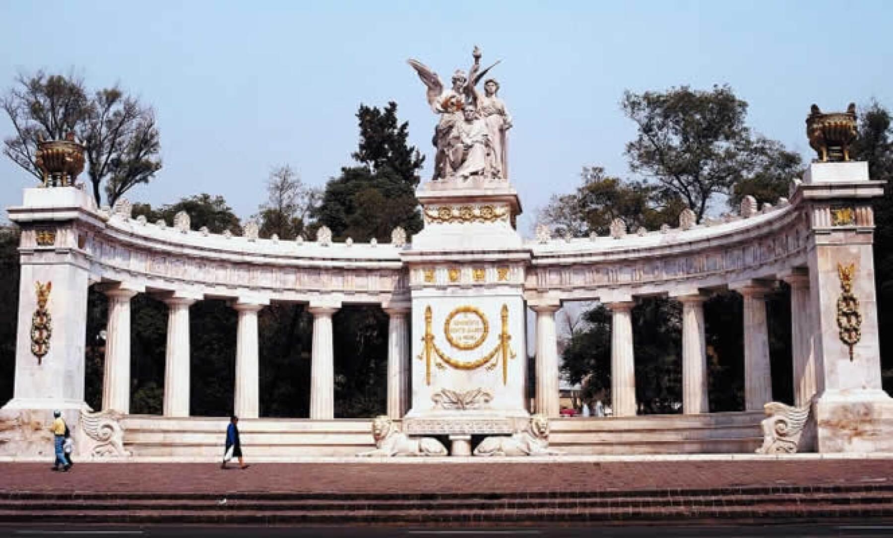 Con mármol de Carrara y un costo de 399 mil pesos de 1910, este cenotafio honra a Benito Juárez, uno de los principales personajes durante el inicio de las reformas en México.