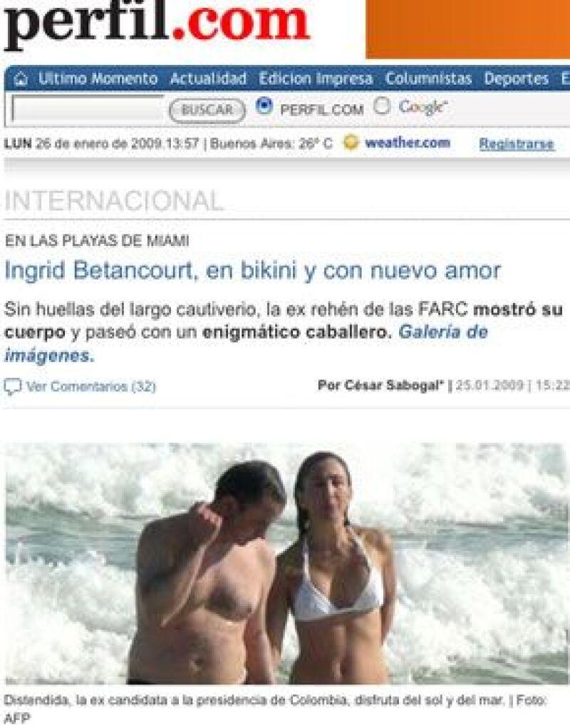 La ex rehén franco-colombiana fue captada en la playa con un hombre desconocido –que resultó ser su primo-.