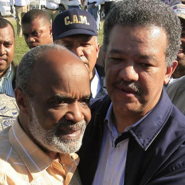 Ante el desastre provocado por el terremoto en Haití, la República Dominicana convocó a los países para hacer una Cumbre Mundial de ayuda. En la foto, el mandatario de Dominicana, Leonel Fernández, abraza a su homólogo René Préval de Haití.