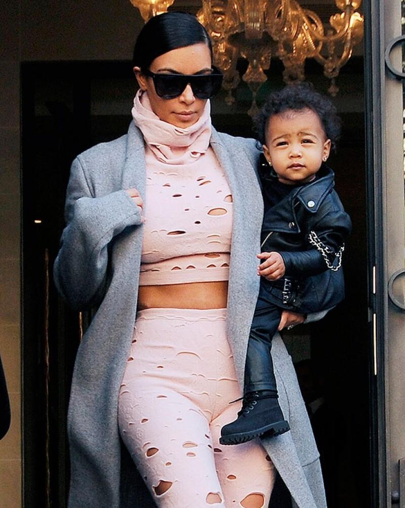 La hija de la socialité y Kanye West acapara los reflectores por la manera en la que la visten. A sus 15 meses de edad ya viste reconocidas firmas y las últimas tendencias.