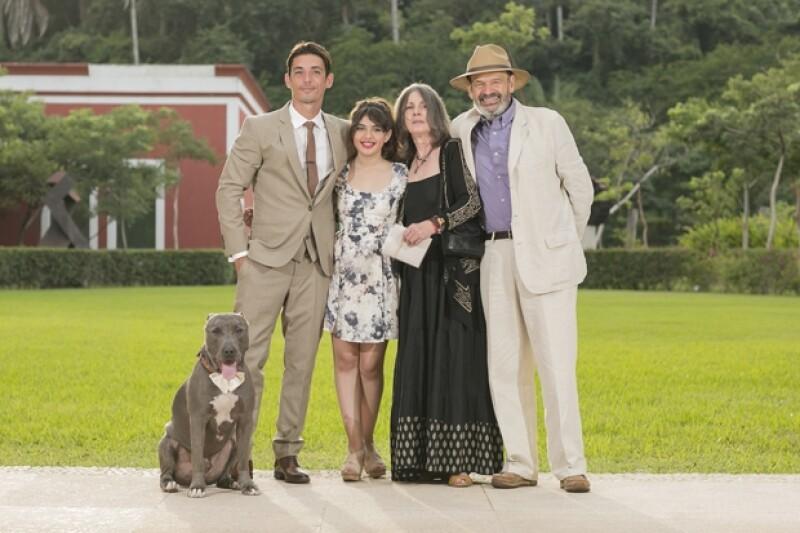 La actriz de 25 años celebró su boda el sábado en San Francisco, Nayarit con el también actor. Su hermana Marimar y su papá Gonzalo Vega la acompañaron en el gran día.
