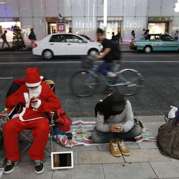Un hombre vestido de Santa Clos hizo su aparición frente a la tienda Apple de Ginza.